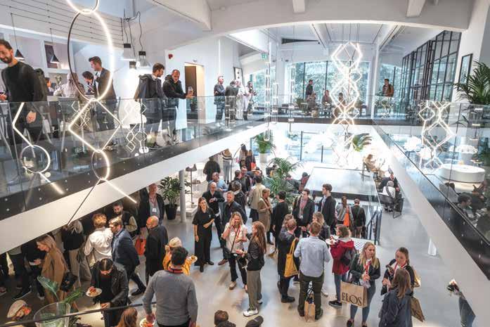 Fest hos lampeprodusenten FLOS. Nesten 8000 forhåndsregistrerte er interiørarkitekter og arkitekter, designere, forhandlere, innkjøpere og andre yrkesgrupper som er opptatt av design og innredning generelt og av arbeidsplasser, utdannings- og helseinstitusjoner, hoteller, restauranter og andre steder der folk møtes og oppholder seg.