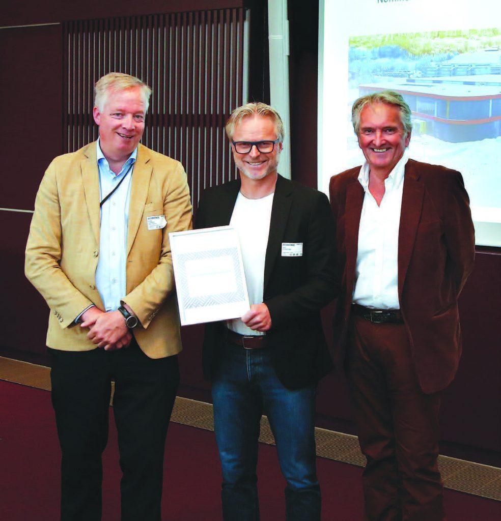 Åge Skinstad tar imot prisen på vege av Brav Norway.
