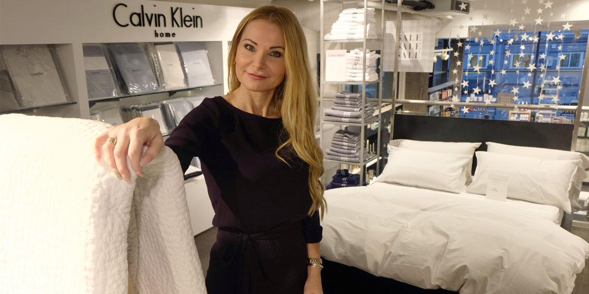 Store Manager Grete Aasen Seyffarth med en representativ utstilling: eksklusivt varemerke til soverommet. (Foto: Odd Henrik Vanebo)